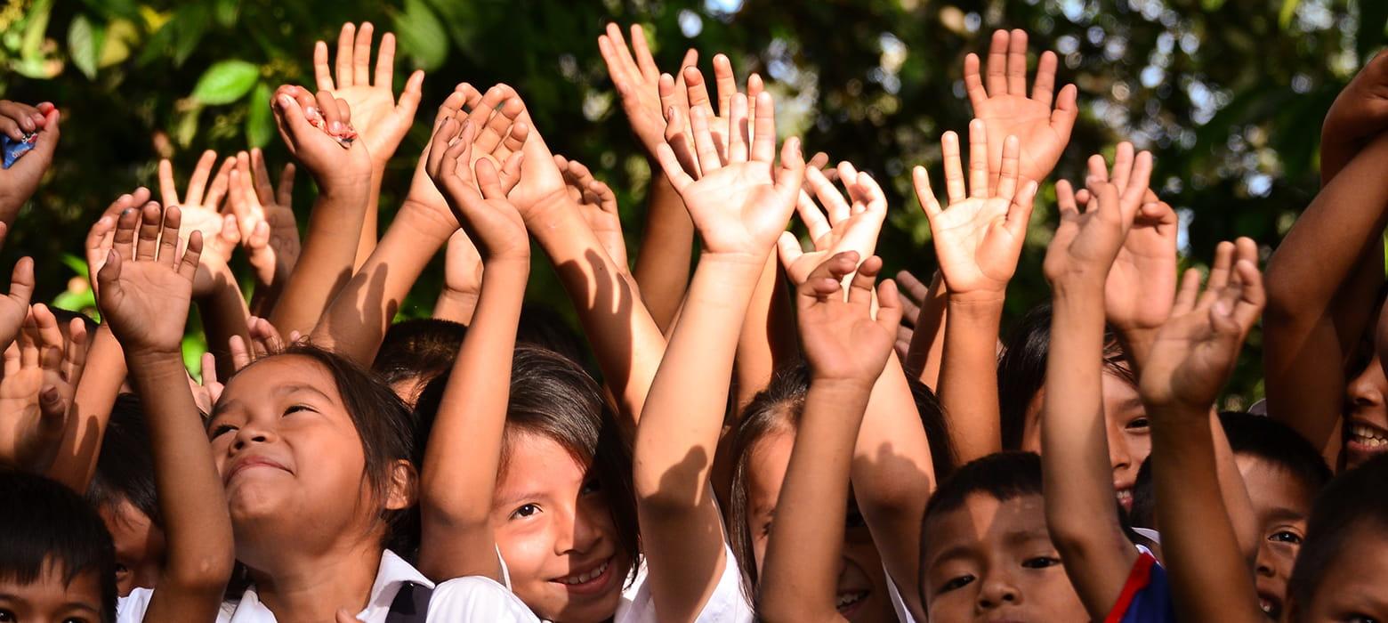 Børn med hænderne vejret