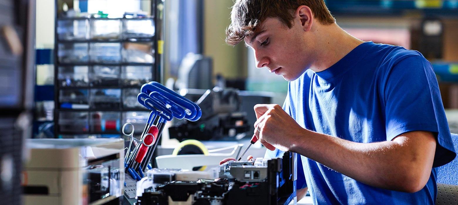 Mand arbejder med elektronik