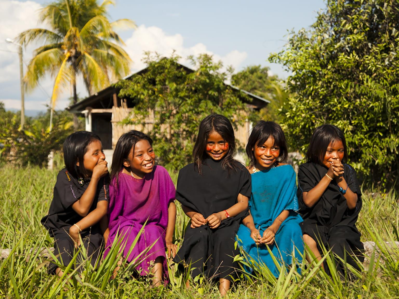 Glade piger i regnskoven Cutivireni landsby