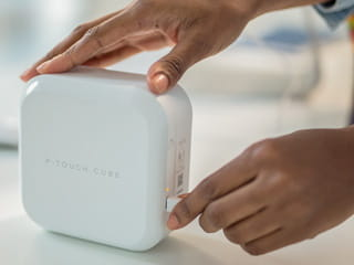 Charging the P-touch CUBE Plus label printer using the USB port and USB cable