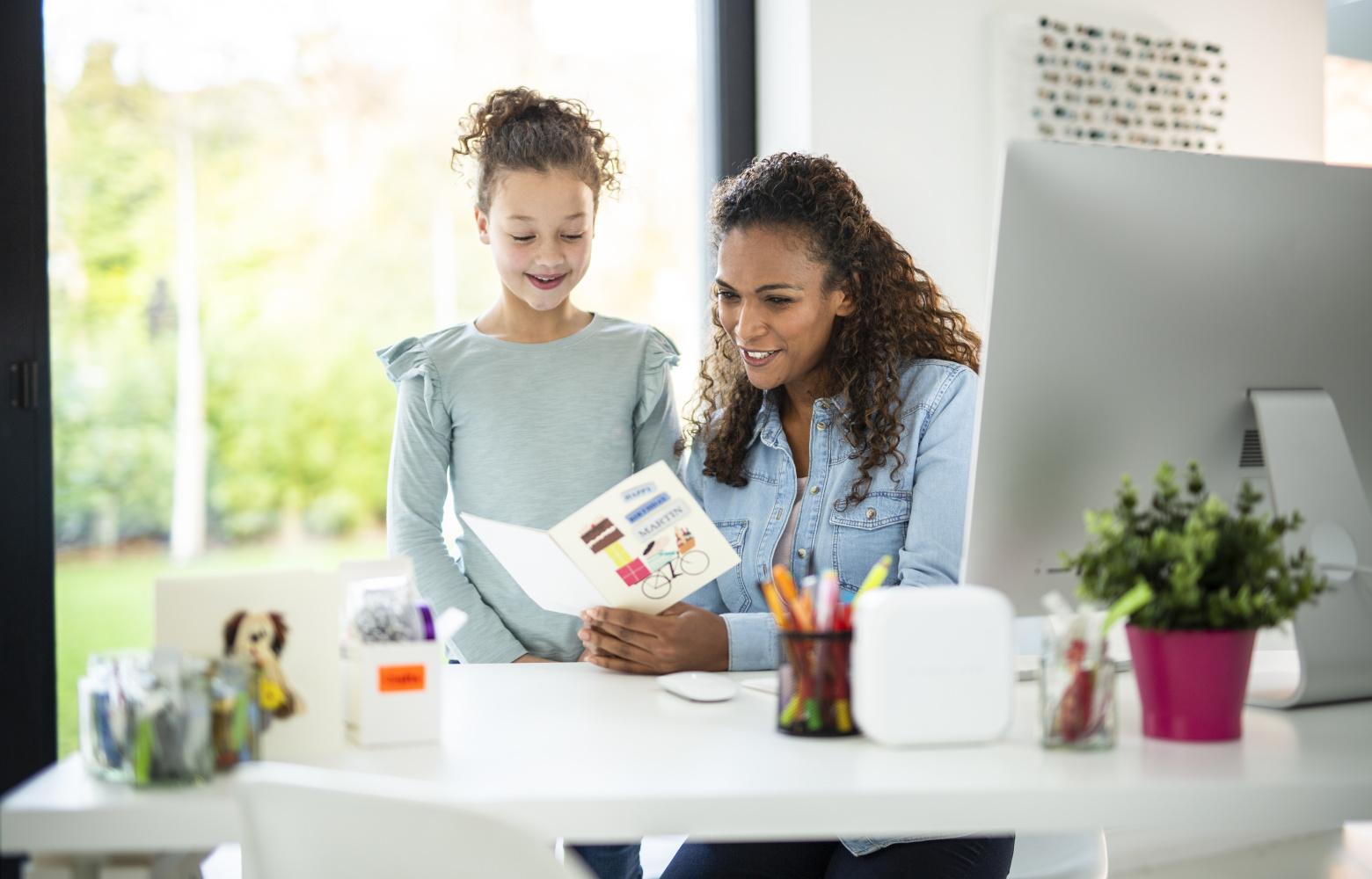 Mor og datter ved skrivebord