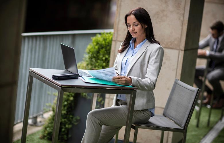 Kvinde ved udendørs skrivebord