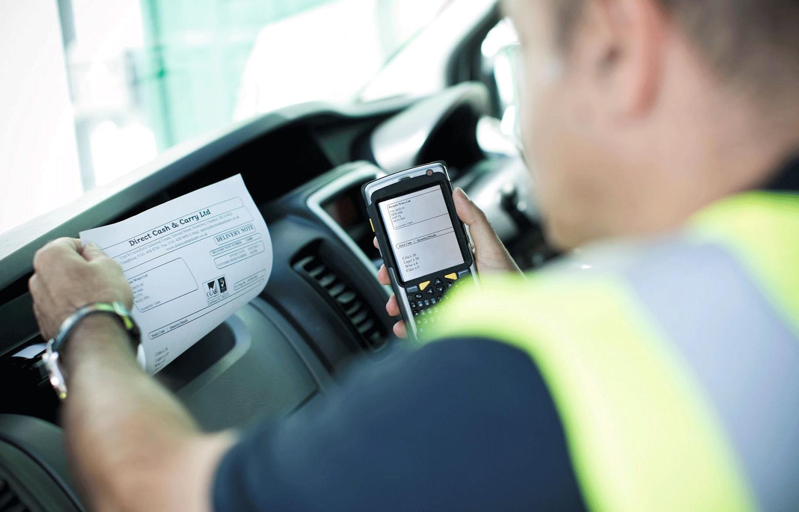 Mand i bil, der anvender en mobil printer