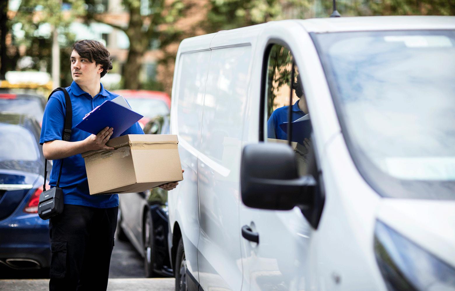 Mand der bærer på mobil printer til levering
