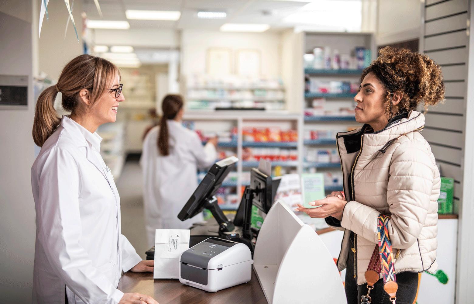 Farmaceut og kunde på apotek