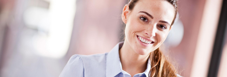 Arbejdende kvinde smiler