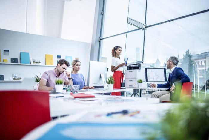 Personer der arbejder på kontor