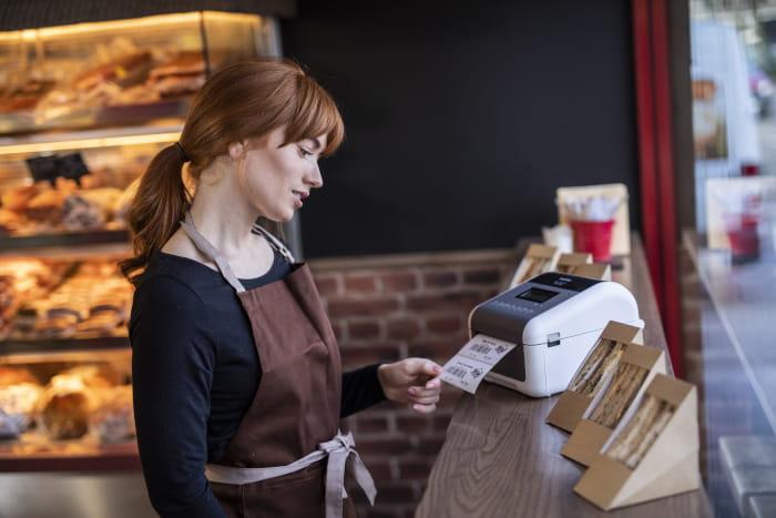 TD-4 labelprinter og ung kvinde i bageri