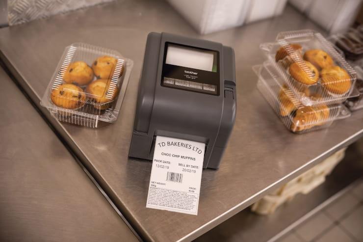 TD4 labelprinter og to kasser med muffins