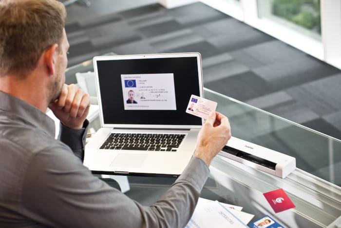 DSmobile DS720D og mand med laptop