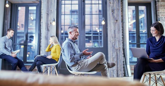 Mennesker der sidder overfor hinanden