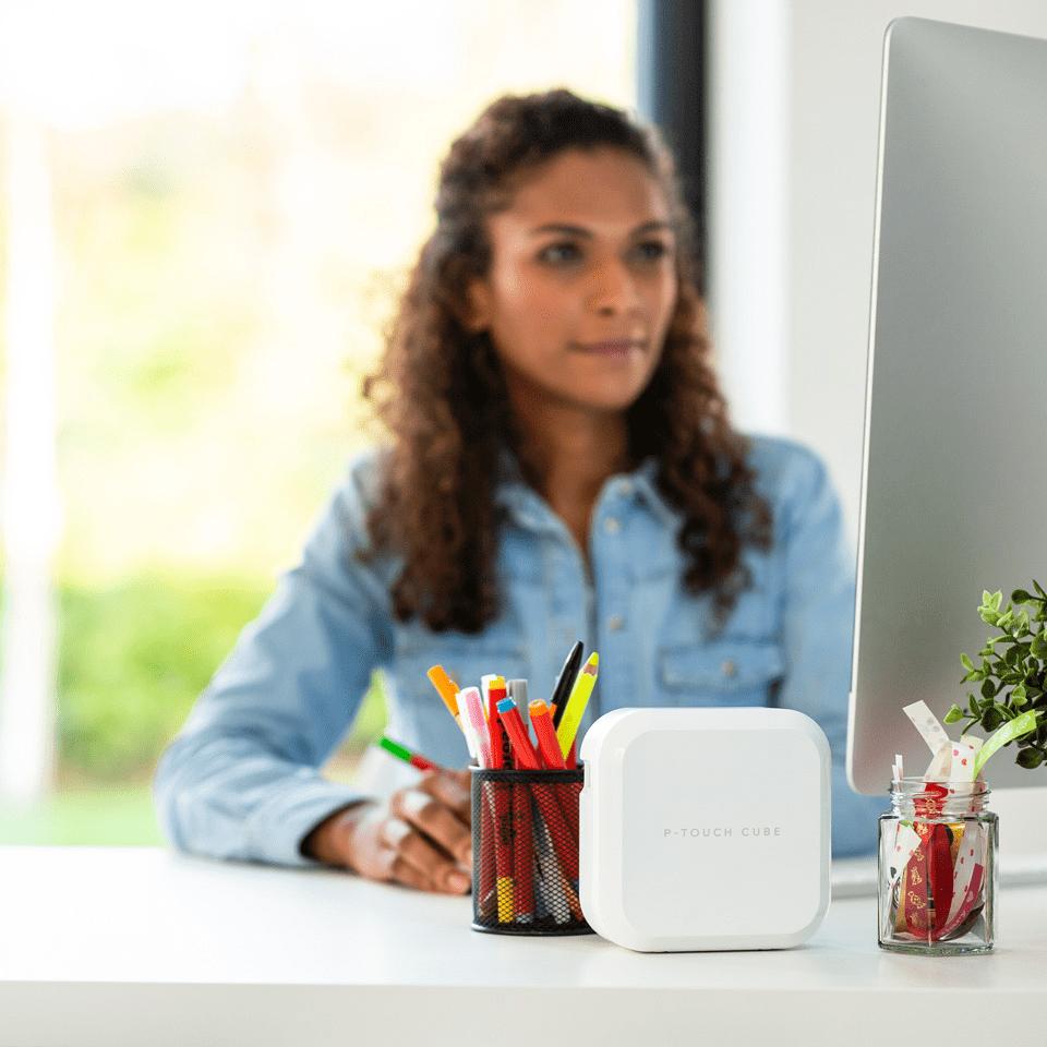 P-touch CUBE Plus i hvid (PT-P710BTH) - genopladelig labelprinter med Bluetooth 4
