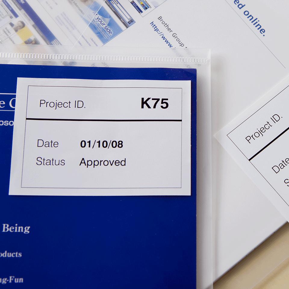 Original Brother DK44205 labelrulle i endeløs bane med klæbestof, der kan fjernes – sort på hvid, 62 mm 2