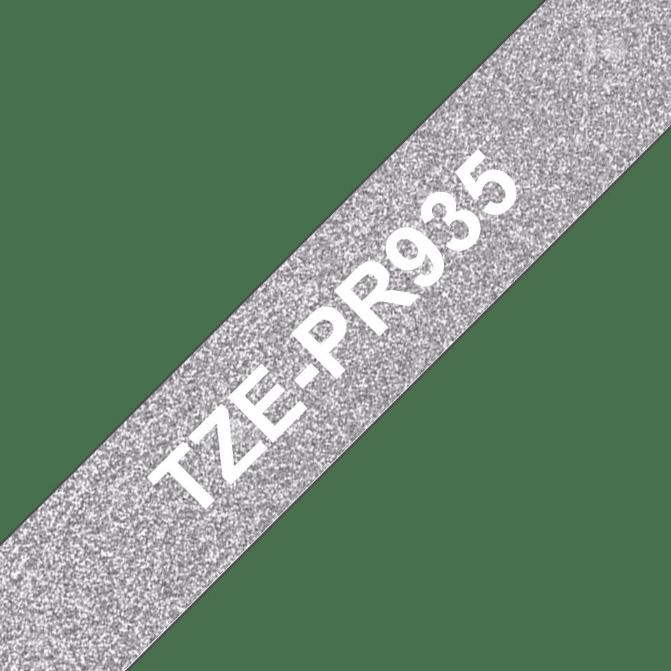 Original Brother TZe-PR935 tape – hvid på glimtende sølv, 12 mm bred