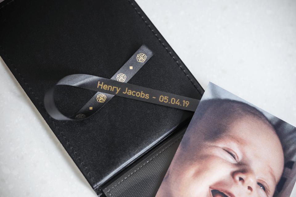 Originalt Brother TZe-R334 satinbånd – Guld på sort, 12 mm bredt 3